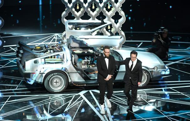 Michael J. Fox con un Delorean en el escenario de los Oscar