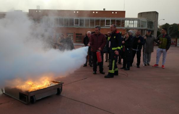 Una veintena de personas ciegas de la ONCE se forma sobre prevención y protección contra incendios en Salamanca