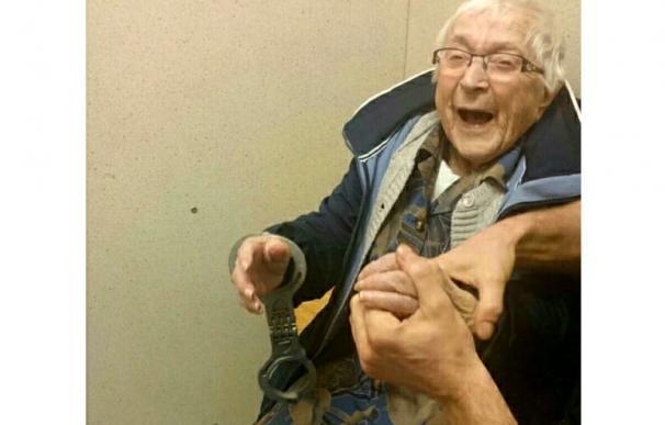 Annie, encantada de que le pusieran los grilletes (Politie Nijmegen-Zuid)