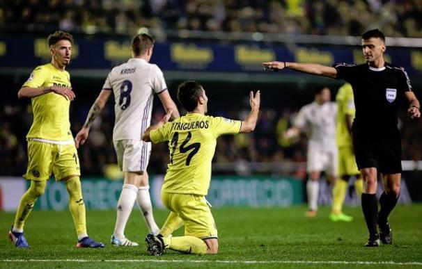 Gil Manzano señala el penalti por mano de Bruno durante el partido.