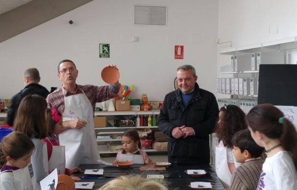 Un taller infantil trata la cerámica representativa del Califato de Córdoba
