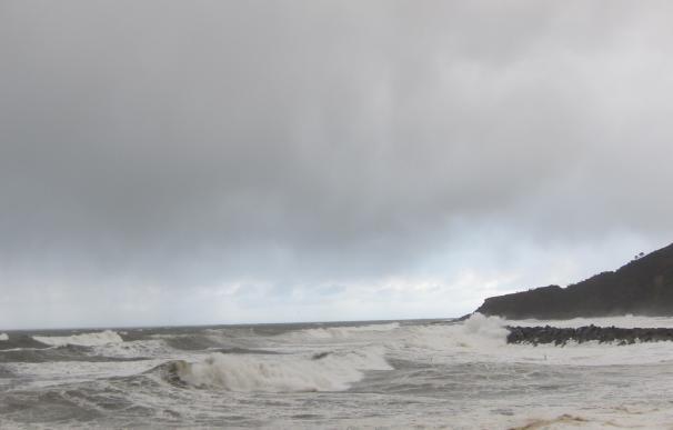 La costa guipuzcoana puede registrar olas de hasta siete metros entre el martes y el miércoles