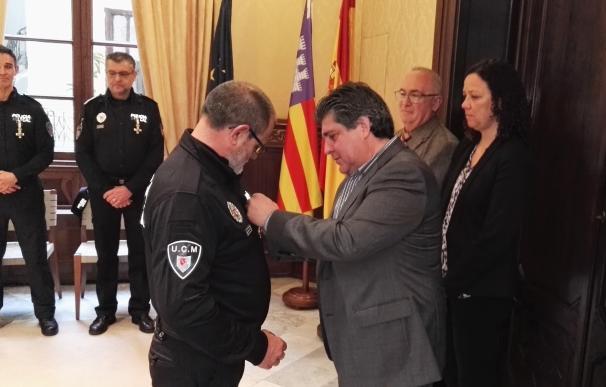 El Govern impone la medalla al mérito a seis policías de Manacor con más de 30 años de servicio