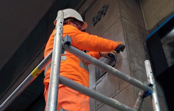 Barcelona empieza a retirar las últimas placas franquistas de la ciudad