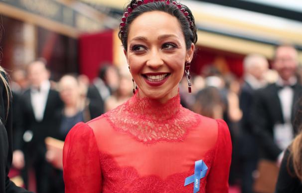 Ruth Negga, nominada a mejor actriz por su papel en Loving, de rojo Valentino