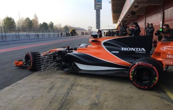 Alonso inicia la relación con el MCL32 con una fuga de aceite que paraliza su sesión
