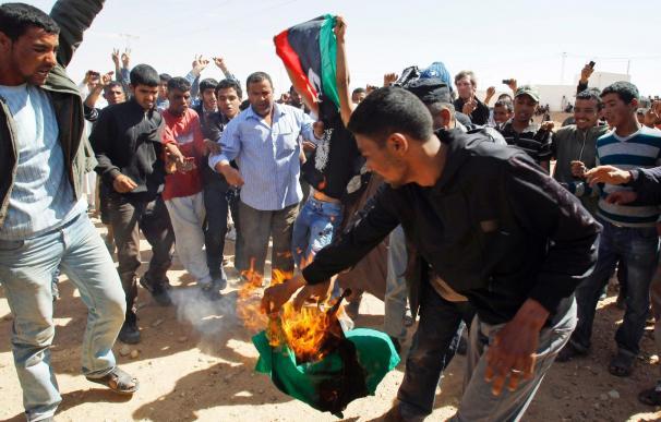 Refugiados libios quedan atrapados en fuego cruzado en la frontera tunecina