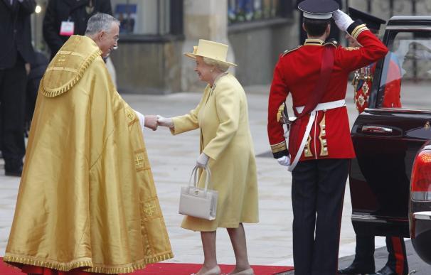La reina de Inglaterra, Isabel II, vestida de amarillo y con una gran sonrisa