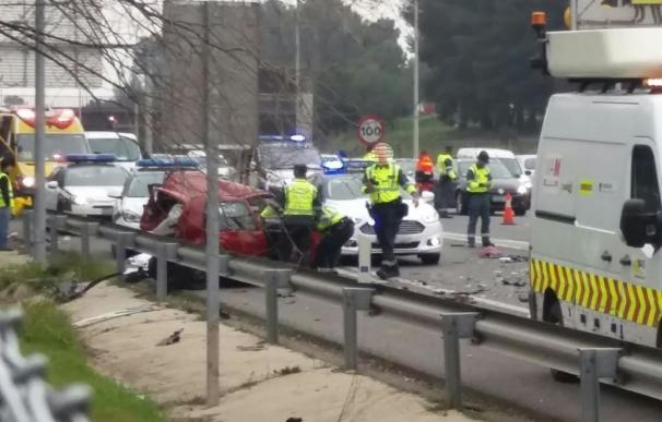 Un espectacular accidente en el kilómetro 10 de la A-3 deja un muerto y seis heridos
