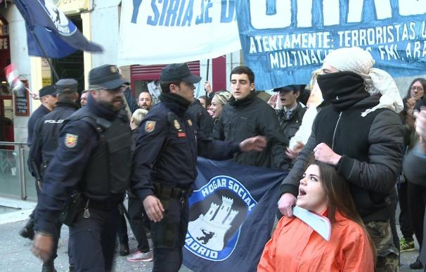 Miembros de Hogar Social Madrid irrumpen la concentración a favor de los refugiados y son desalojados por la Policía
