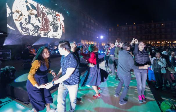 Música, proyecciones y talleres amenizaron el baile de máscaras en la Plaza Mayor