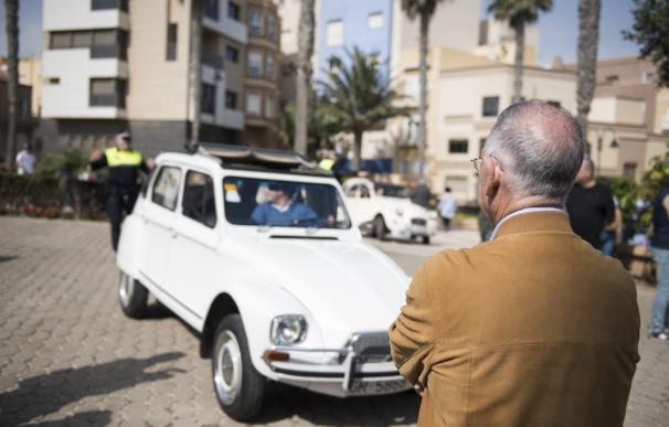 Más de una treintena de vehículos clásicos de Citroën se congregan en el destino 'Costa de Almería'