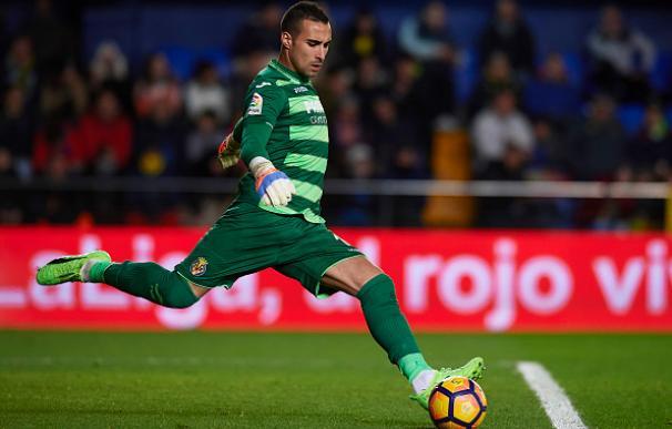Sergio Asenjo realiza un saque de puerta durante un partido con el Villarreal