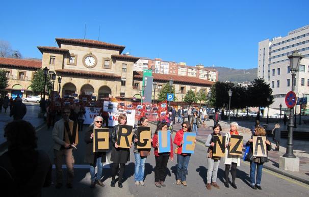 Más de un centenar de personas reivindican en Oviedo un pasaje seguro a Europa para los refugiados