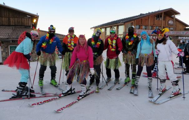 Un total de 300 esquiadores se disfrazan en el descenso de Carnaval de Sierra Nevada