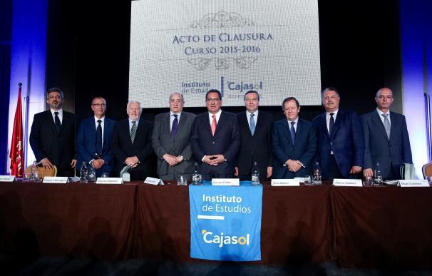 El Instituto de Estudios Cajasol clausura el curso académico junto a sus 200 alumnos y más de 100 profesores