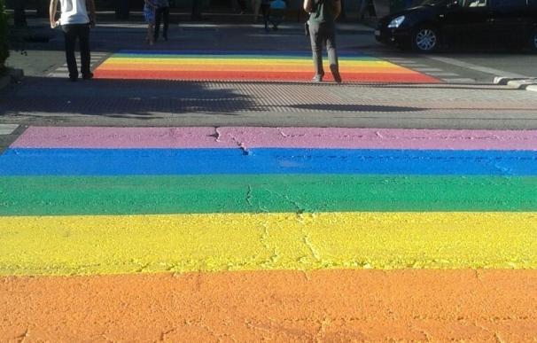El paso de peatones más cercano a la Junta de Fuencarral-El Pardo se tiñe de los colores del arcoíris por el Orgullo