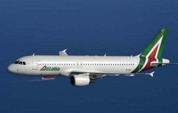 El comandante hizo aterrizar al avión ante la sospecha de la mujer, que vio a dos hombres rezando.