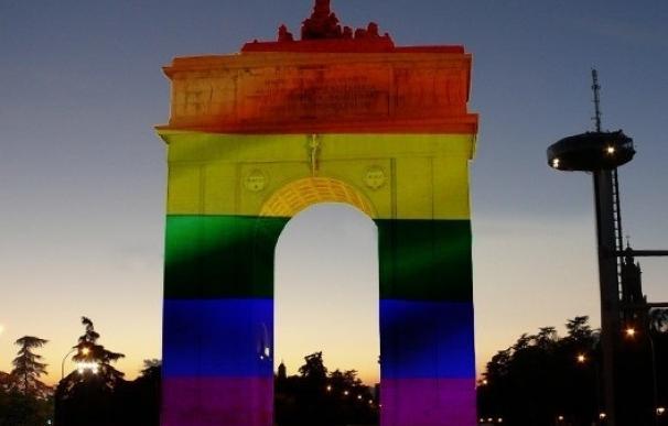 El Arco de la Victoria se ilumina con la bandera arcoíris por la celebración del Orgullo
