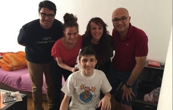La 'youtuber' Verdeliss visita a Wissam, el niño sirio que ha vuelto a caminar gracias a una Global Humanitaria
