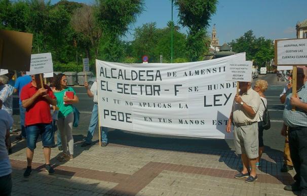 Nueva protesta ante Diputación de los afectados del conflicto del Sector F de Almensilla