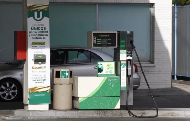 La gasolina y el gasóleo arrancan las vacaciones de verano con sus precios más bajos en los últimos seis años