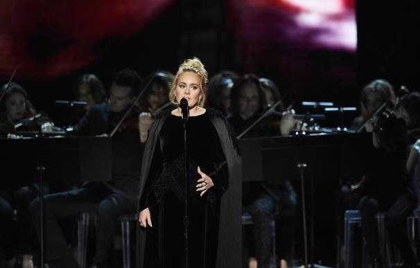 Adele en una actuación de los Grammy