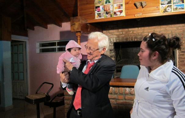 """El padre Ángel pide a """"esperanza y coraje"""" para salir de la crisis y lleva la solidaridad de Argentina a las familias es"""