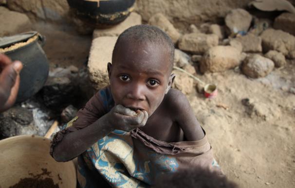 El hijo de Halima comiendo restos de mijo (Foto: ONG Plan)