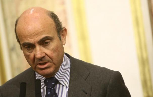 De Guindos traslada al PSOE su impresión de que el BCE comprará deuda si es preciso
