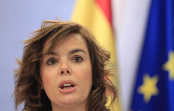 """Sáenz de Santamaría dice que la EPA refleja que la economía está viviendo """"uno de sus momentos más duros"""""""