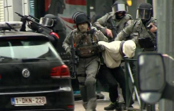 Captura de vídeo de la detención de un sospechoso de terrorismo en el barrio de Molenbeek, en Bruselas (AFP)