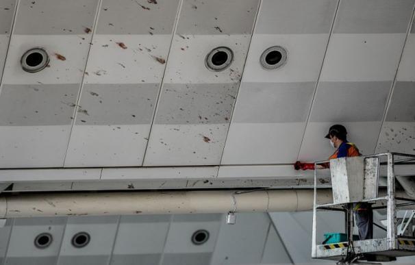 Personal de limpieza quita las manchas de sangre en el aeropuerto de Estambul.