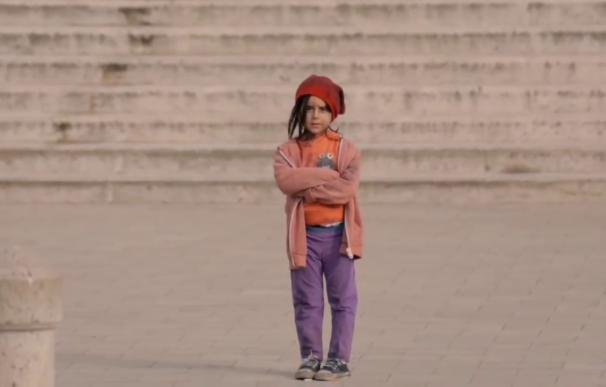 ¿Cómo actuarías si ves a una niña de seis años sola en la calle?