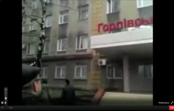 Activistas prorrusos atacan el cuartel de la policía en Gorlovka, Ucrania