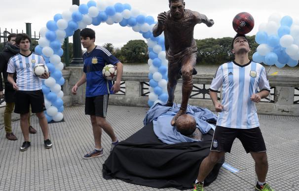 Inauguran una estatua de Messi en Buenos Aires al grito de ¡no te vayas!
