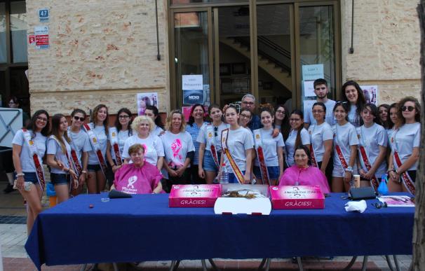 Una treintena de vecinas de Benetússer donan su cabello para hacer pelucas para mujeres y niñas con cáncer