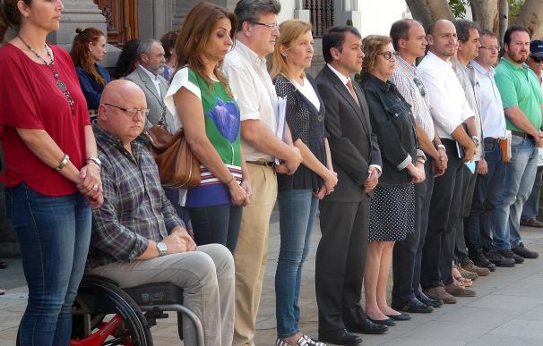 El Ayuntamiento de Santa Cruz guarda un minuto de silencio por el atentado de Estambul