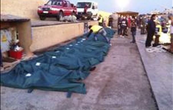 Hallan 25 inmigrantes muertos en un barco que iba hacia la isla de Lampedusa