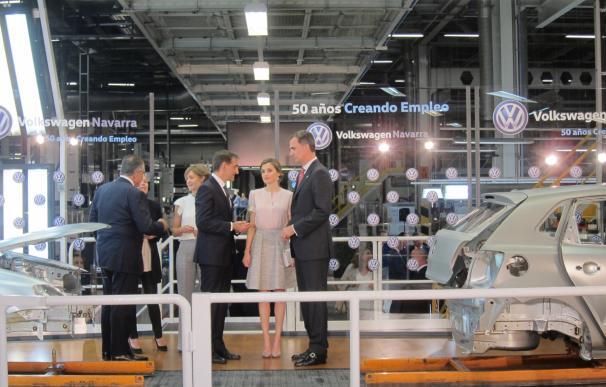 """(Ampl.) El Rey ensalza la """"importantísima"""" aportación de Volkswagen Navarra al empleo"""