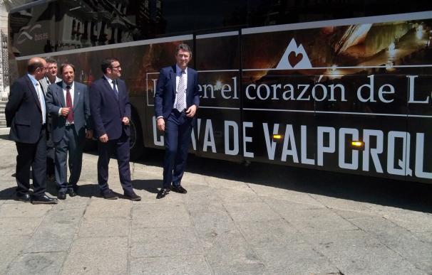 Alsa llevará en sus autobuses de tres líneas la imagen de las cuevas de Valporquero en su 50 aniversario