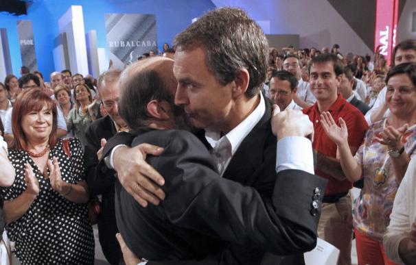 Zapatero abraza a Rubalcaba en su puesta de largo