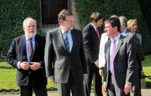 Mas y Rajoy hablan cordialmente y sonrientes en su almuerzo con Valls, Cañete y Soria