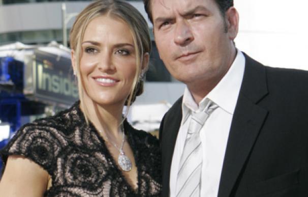 Charlie Sheen paga la rehabilitación de su ex mujer