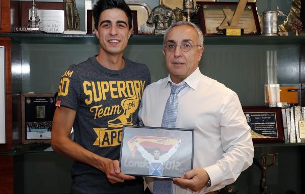 Alejandro Blanco recibe en el COE al doble medallista olímpico Joel González