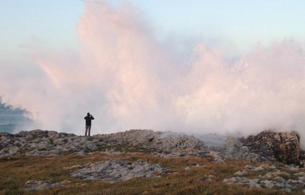 Las rachas de viento superan los 130 kilómetros por hora en Tresviso y las olas rozan los siete metros en Santander