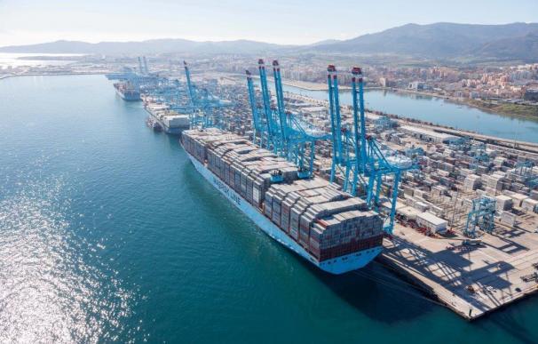 Fomento rompe el monopolio de los estibadores de los puertos