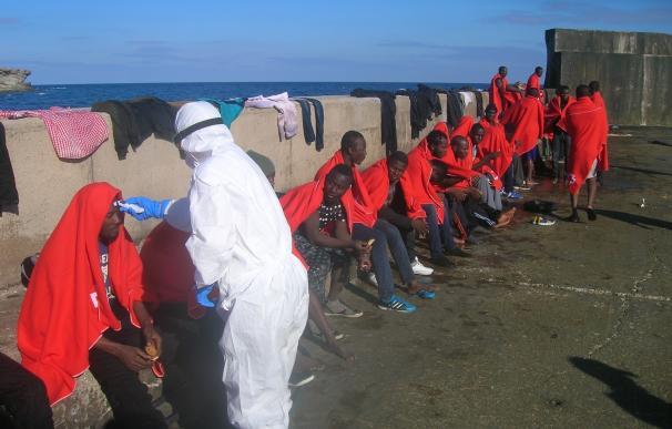 Rescatados 61 subsaharianos, entre ellos dos mujeres embarazadas, de dos pateras en aguas de Almería