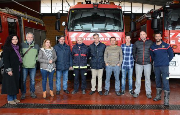 Visita de la corporación municipal de Tomares a los bomberos del Aljarafe en apoyo a sus reivindicaciones