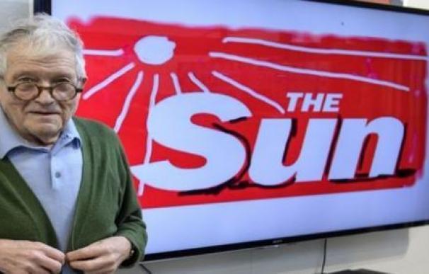 David Hockney reinterpreta el logo del número de The Sun de este viernes
